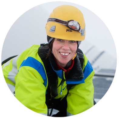 Nina, Skellefteå Kraft, befinner sig längst upp på ett vindkraftverk. Vindkraft är en del av framtidens energi.