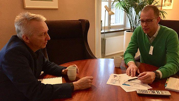 Pär Forsberg talar med Birger Lathi